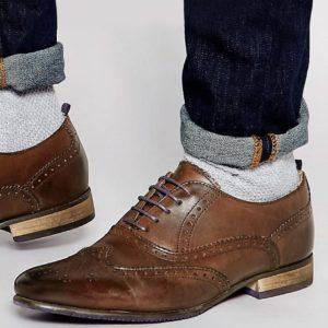 Comprar Zapatos Oxford de cuero marrón con suela de color de ASOS