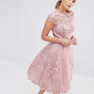 Comprar Vestido de graduación a media pierna de encaje con cuello bardot Premium de Chi Chi London