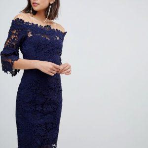 Comprar Vestido de croché con escote Bardot y detalle de volante en la manga en azul marino de Paper Dolls