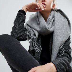 Comprar Bufanda extragrande de lana de cordero con borlas de ASOS