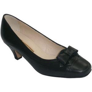Zapatos tacón medio con lazo en el empei